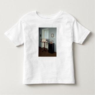 Sitio de Beethoven que exhibe un soporte de música Camiseta De Bebé
