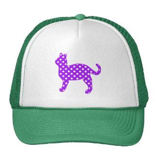Situación púrpura y blanca del gato de los lunares gorro de camionero
