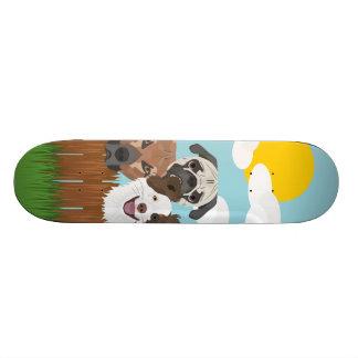 Skateboard Perros afortunados del ilustracion en una cerca de