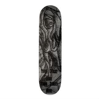 Skateboard señora de presentación blanco y negro del arte