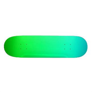 SkyBlue y cubierta verde del monopatín de la