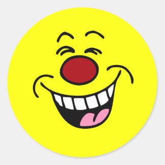 Smiley sonriente de la cara que imita pegatinas redondas