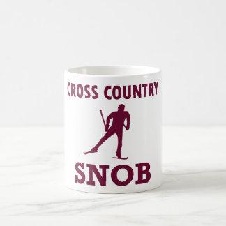 Snob del esquí del campo a través taza de café