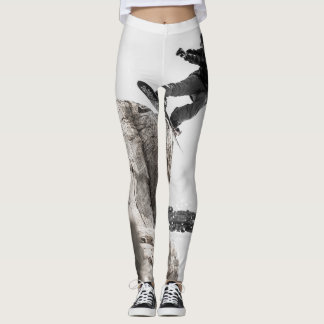 Snowboarder en las polainas grises y blancas leggings