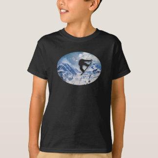 Snowboarder en vuelo camiseta