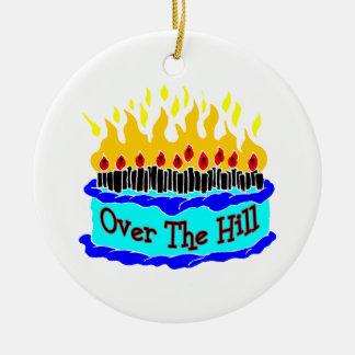 Sobre la torta de cumpleaños llameante de la adorno redondo de cerámica