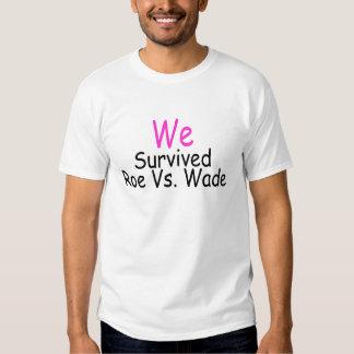 Sobrevivimos huevas contra el bamboleo (el rosa) camiseta