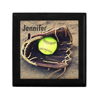 Softball en una caja de la teja del guante