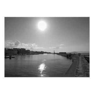 Sol de la tarde que refleja en el mar foto