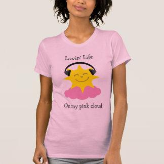 Sol feliz de la nube rosada con la camiseta de los