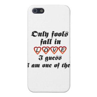 Solamente caída de los tontos en amor iPhone 5 protectores