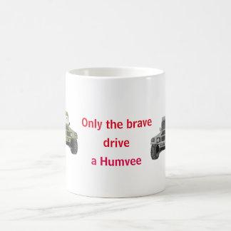 Solamente la impulsión valiente una taza de Humvee