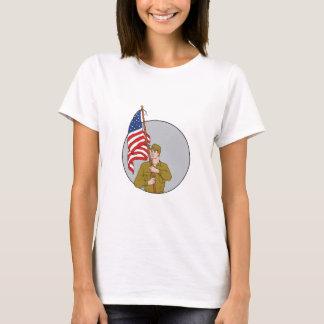 Soldado americano que sostiene el dibujo del camiseta