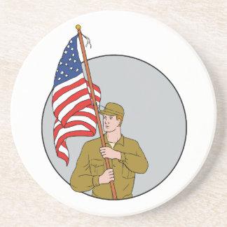 Soldado americano que sostiene el dibujo del posavasos