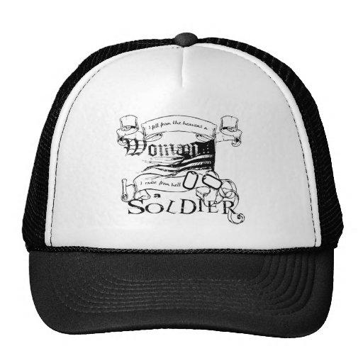 Soldado de la mujer por el gorra del camionero del