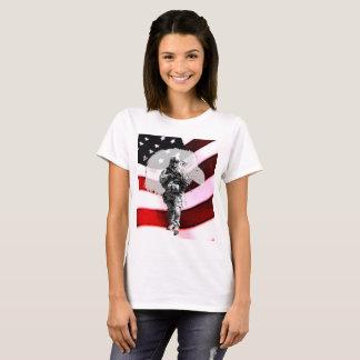Soldado patriótico con la camisa de Eagle y de la