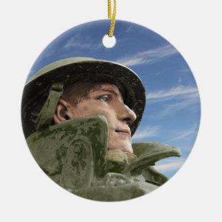 Soldado WW1 en casco y trenca Adorno Navideño Redondo De Cerámica
