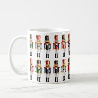 Soldados de juguete coloridos del cascanueces del taza de café