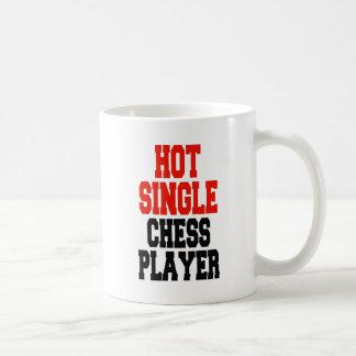 Solo jugador de ajedrez caliente taza de café