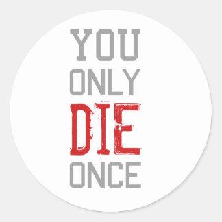 Sólo se muere una vez gráfico pegatina redonda