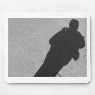 Sombra de un fotógrafo en la playa de la arena alfombrilla de ratón