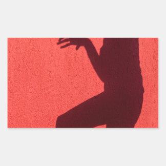 Sombra del perfil de la mujer en la pared roja pegatina rectangular