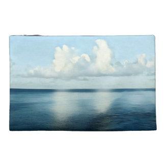 Sombras artísticas de la reflexión azul del neceser de viaje
