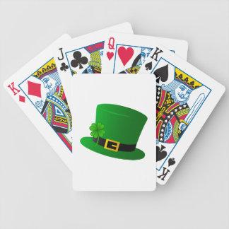 Sombrero de copa irlandés con el trébol baraja de cartas