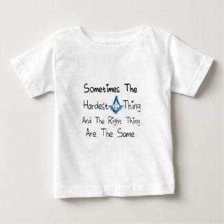 Someties la cosa más dura y la cosa correcta es camiseta de bebé