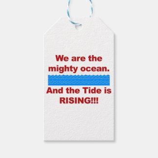 Somos el océano poderoso y la marea está subiendo etiquetas para regalos
