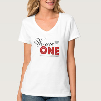 Somos una camiseta del cuello en v de la hembra