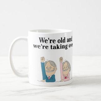 """""""Somos viejos y estamos asumiendo el control."""" Taza De Café"""