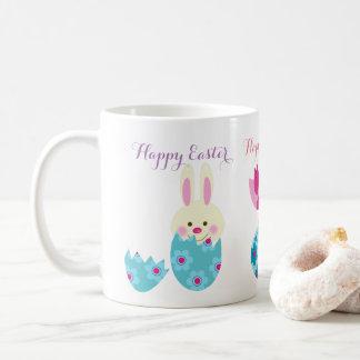 Sonrisa feliz del conejito de pascua de la taza de