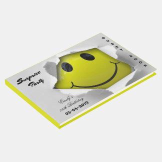 Sonrisa feliz divertida de la cara sonriente linda libro de invitados