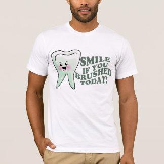 Sonrisa si usted cepilló hoy camiseta