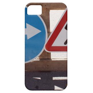 Soporte de madera de dos señales de tráfico bajo iPhone 5 cárcasa
