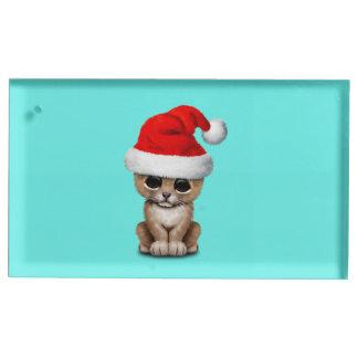 Soporte Para Tarjetas De Mesa León Cub lindo que lleva un gorra de Santa