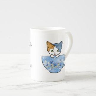 Sorba el té y acaricie mi taza de China del gato