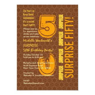 SORPRENDA el 50.o cumpleaños moderno Brown y el Invitación 12,7 X 17,8 Cm