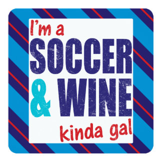 Soy un fútbol y un vino un poco galón invitación 13,3 cm x 13,3cm