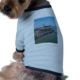 Spitfire sobre la costa inglesa camiseta con mangas para perro