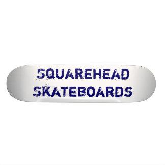 Squarehead anda en monopatín cubierta de la marca