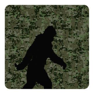 Squatchin ido para en el camuflaje verde oliva de invitación 13,3 cm x 13,3cm