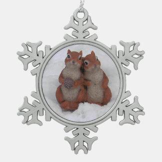 Squrrels de amor en estaño de la nieve adorno de peltre en forma de copo de nieve