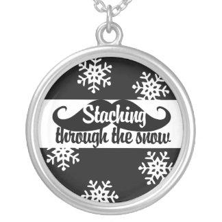 Staching a través de la nieve colgante redondo