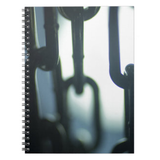 Steel chain links silhouette close-up at night libros de apuntes