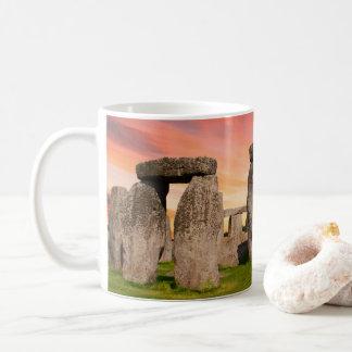 Stonehenge en la taza de la puesta del sol