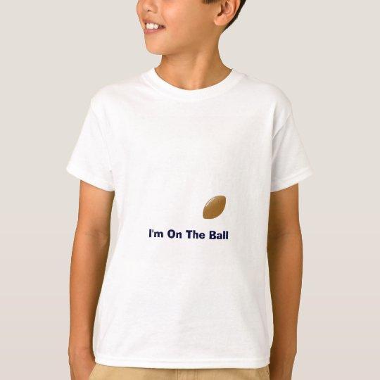 Su camisa del fútbol con la bola en la camiseta