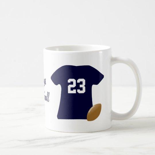 Su camisa del fútbol con la bola taza de café