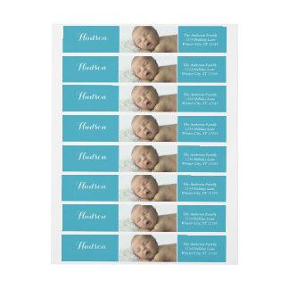 Su remite azul de la foto del bebé